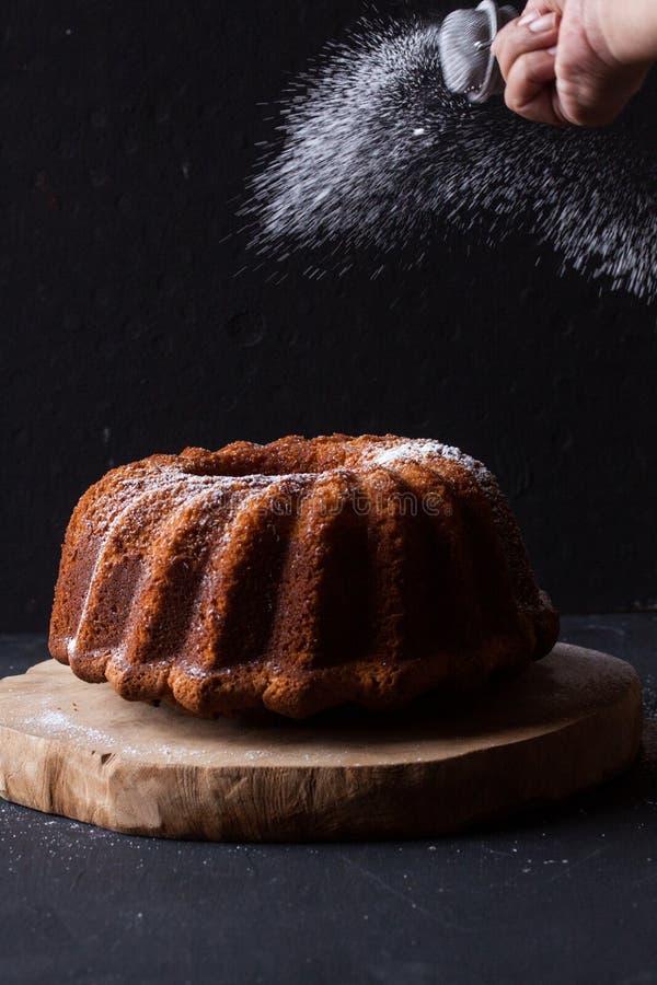在黑背景的Bundt蛋糕 免版税库存图片