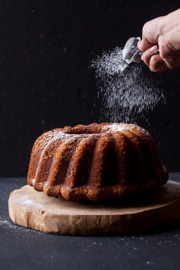 在黑背景的Bundt蛋糕 图库摄影