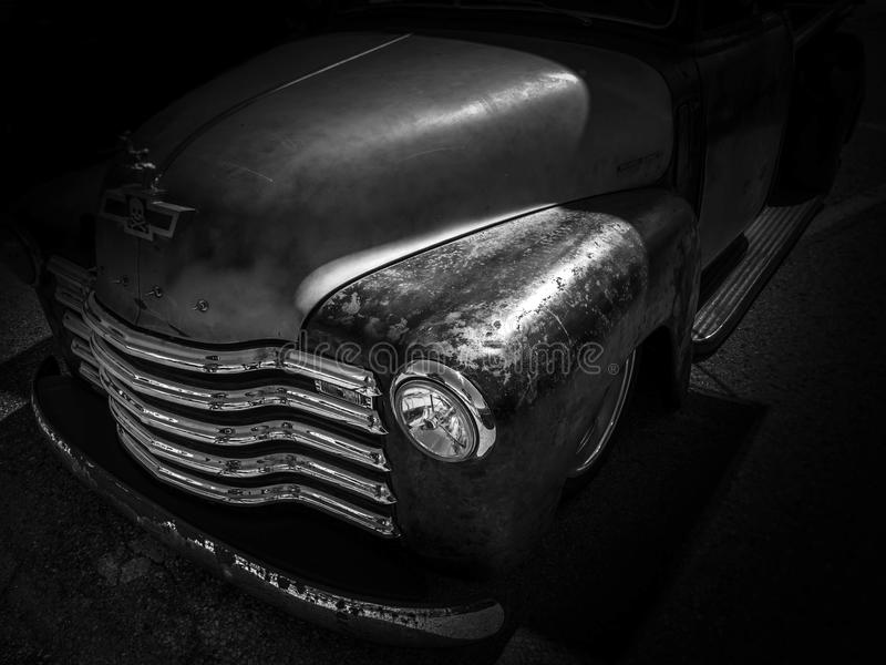 在黑背景的HOTROD经典汽车 免版税库存图片