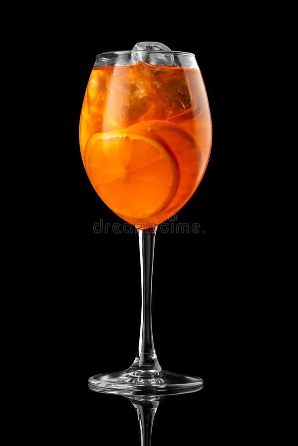 在黑背景菜单布局餐馆酒吧伏特加酒wiskey补品橙色aperol的鸡尾酒喷Prosecco演播室 库存图片
