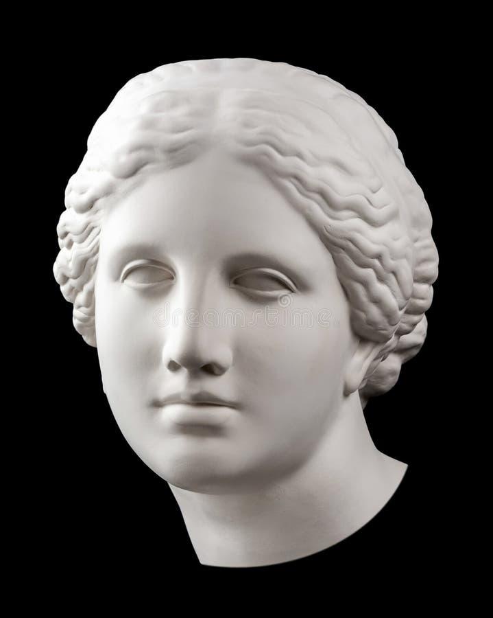 在黑背景隔绝的古老雕象金星头的石膏拷贝 膏药雕塑妇女面孔 免版税库存图片