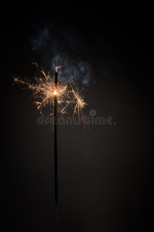 在黑背景隔绝的燃烧的孟加拉火棍子新年闪烁发光物蜡烛 现实闪烁发光物 不可思议的轻的棍子 圣诞节 免版税图库摄影