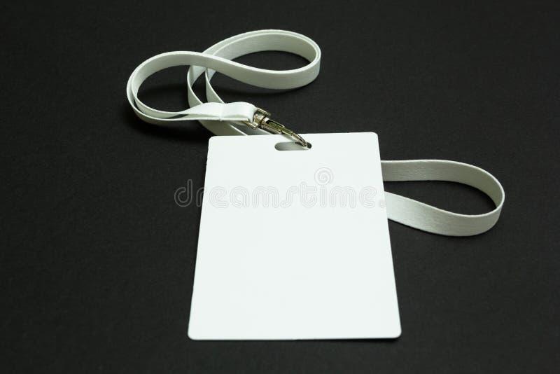在黑背景隔绝的白色空白的纸板标记 免版税库存图片
