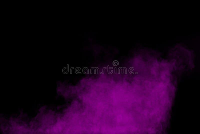 在黑背景隔绝的紫色颜色粉末爆炸云彩图片