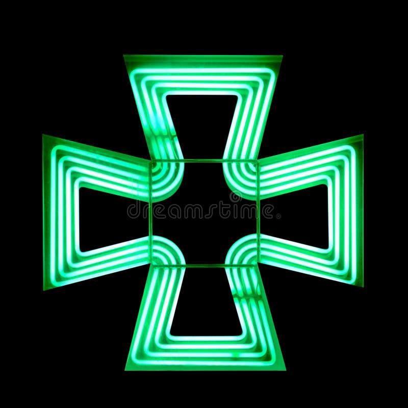 在黑背景隔绝的绿色发怒药房标志 库存照片