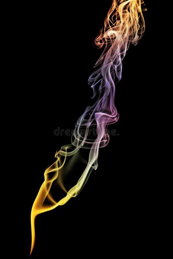 在黑背景隔绝的色的抽象烟 库存照片