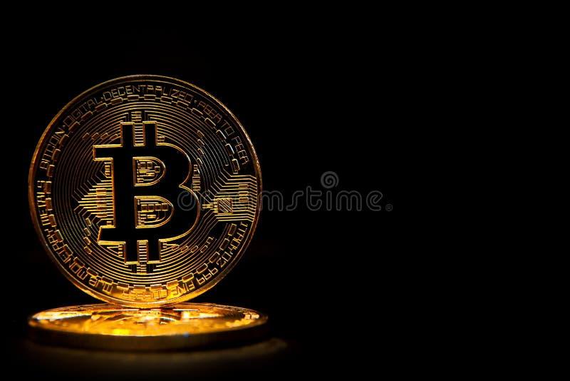 在黑背景隔绝的金黄Bitcoin 库存照片