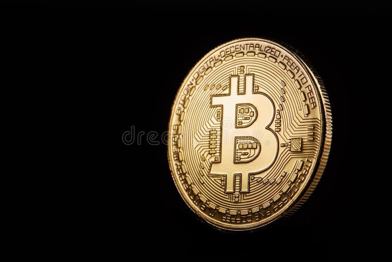 在黑背景隔绝的金黄bitcoin cryptocurrency硬币,浅景深 免版税库存图片