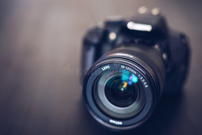 在黑背景隔绝的DSLR照相机 黑DSLR照相机隔绝了 照片照相机或录影透镜特写镜头在黑背景 免版税库存照片