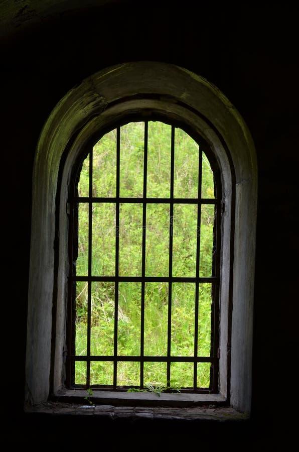 在黑背景,从建造堡垒里边的照片的卵形窗口 库存图片