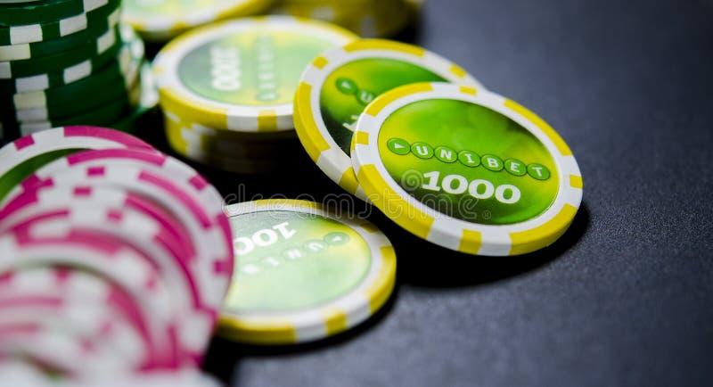 在黑背景,纸牌的大赌注在金钱 库存照片