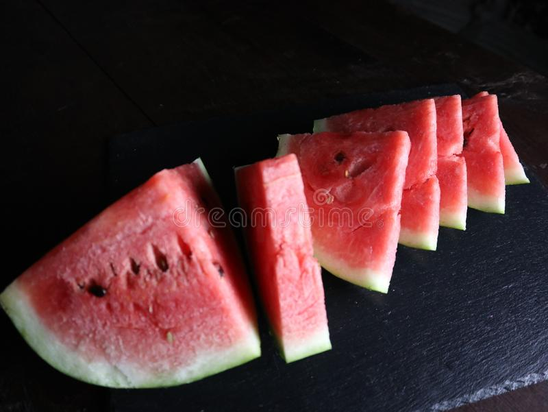 在黑色切的红色甜西瓜 免版税图库摄影