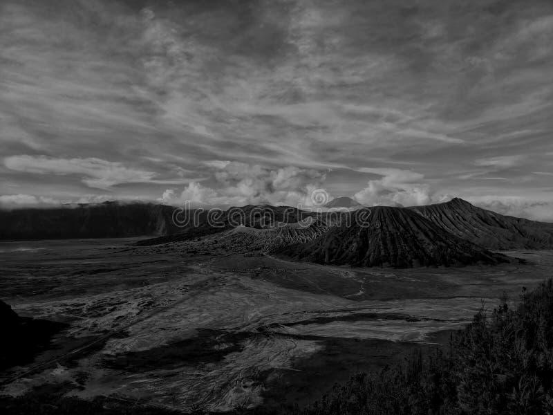 在黑色和whitd的火山的Bromo视图 库存图片