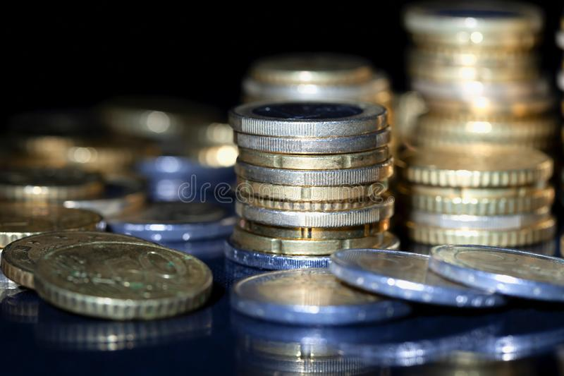 在黑色堆积的许多欧元硬币 图库摄影