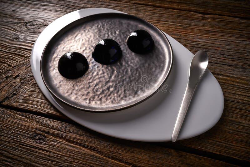 在黑色的分子烹调概念spheritions 库存图片