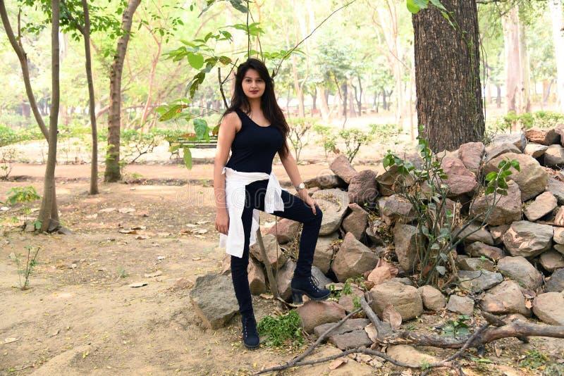 在黑色的印地安时装模特儿Photoshoot 免版税图库摄影