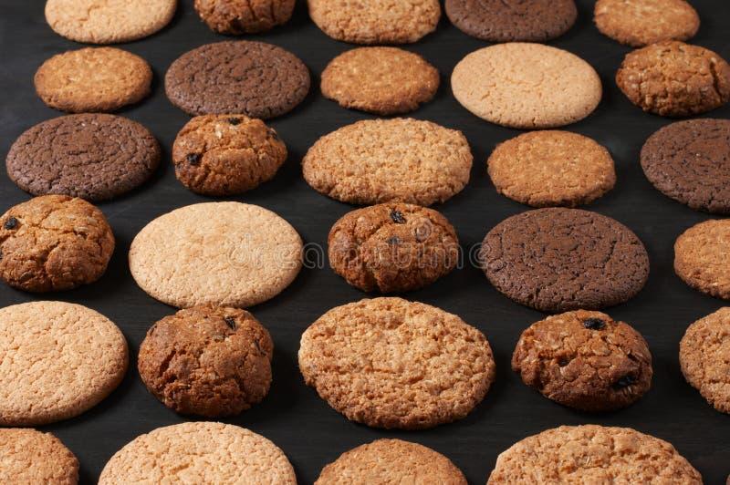 在黑色的各种各样的曲奇饼 免版税库存图片
