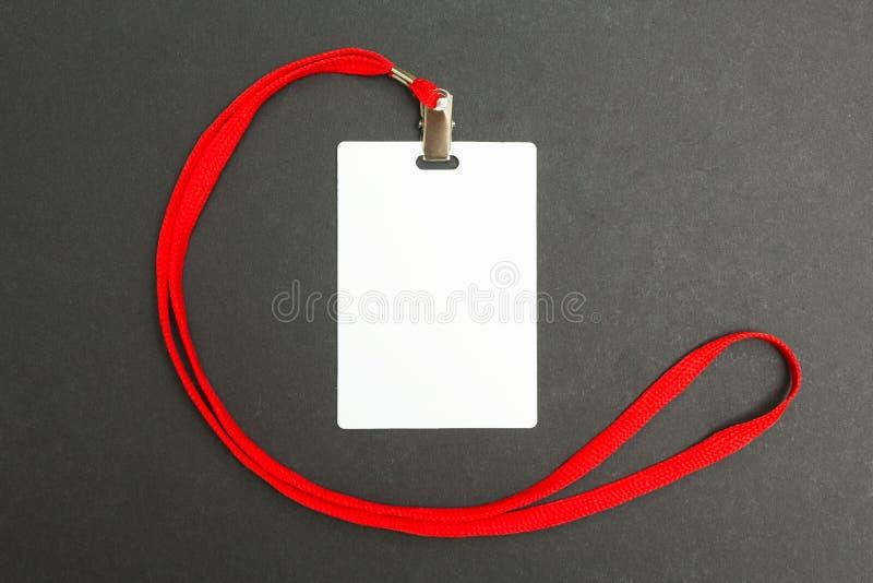 在黑色的空白的徽章大模型 垂悬的简单的空的名牌嘲笑在与红色串的脖子 图库摄影