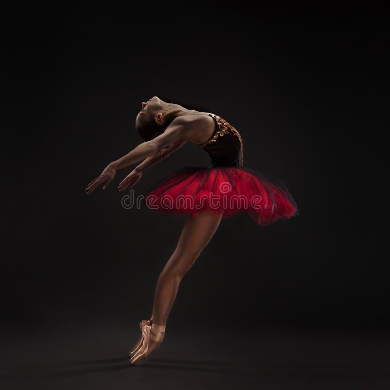 在黑色的美丽的跳芭蕾舞者 免版税库存照片