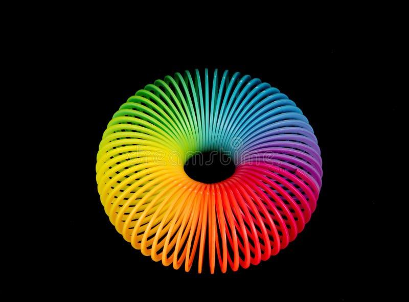 在黑色背景的彩虹塑料春天