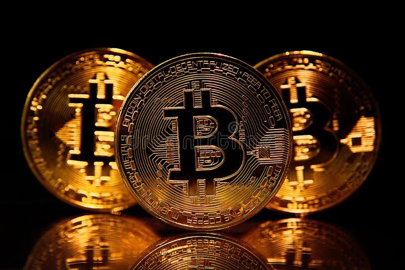 在黑色隔绝的金黄bitcoins 图库摄影