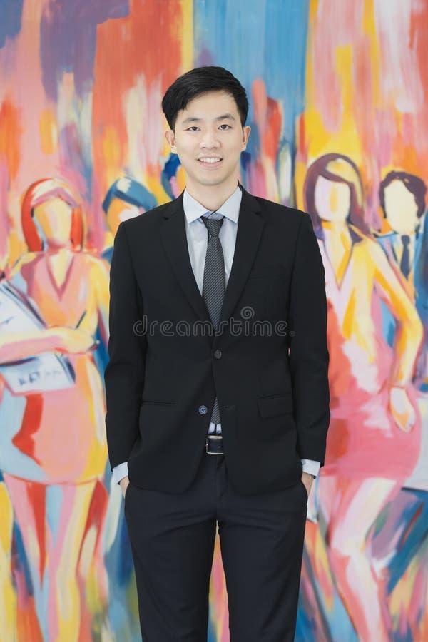 在黑衣服身分的年轻亚洲商人 免版税库存照片