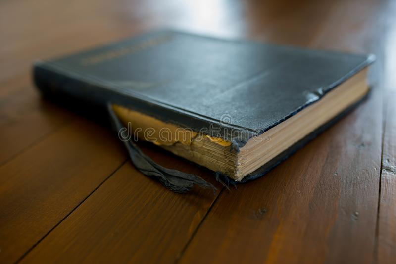 在黑褐色木背景的老,使用的,worned书 图库摄影