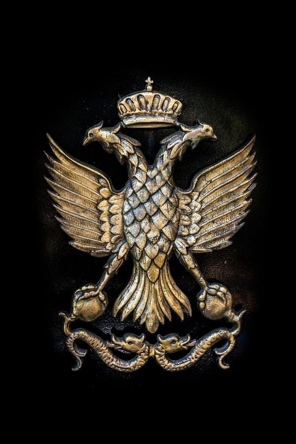 在黑金属背景的金黄双重朝向的老鹰,罗马和 免版税库存图片