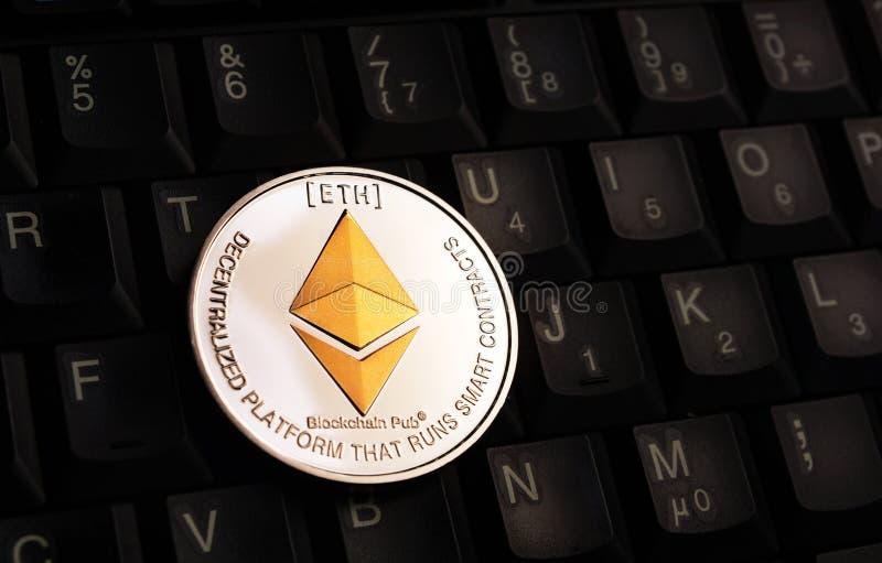 在黑键盘的金黄Ethereum埃特硬币 免版税库存照片