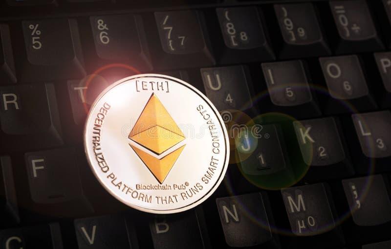 在黑键盘的金黄Ethereum埃特硬币 库存照片