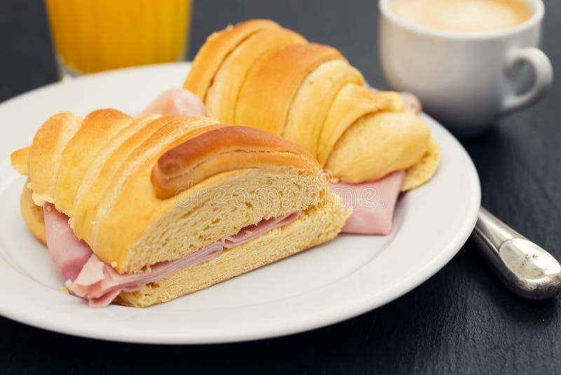 在黑陶瓷背景的葡萄牙早餐 免版税库存图片