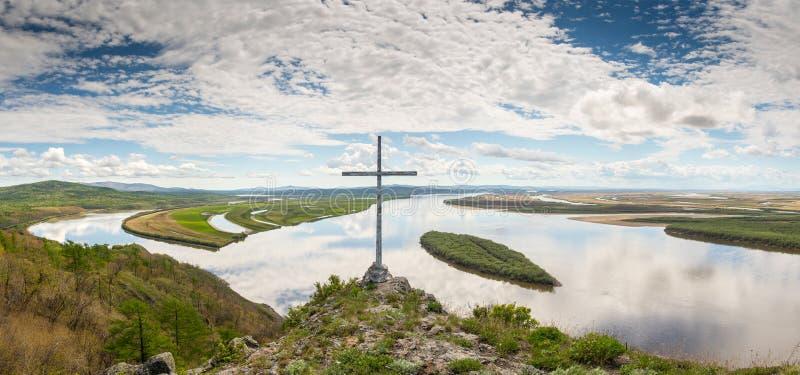在黑龙江的峭壁Aury 俄国远东视图的哈巴罗夫斯克地区在河阿穆尔河的有峭壁的Aury 库存图片