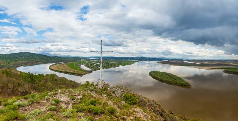 在黑龙江的峭壁Aury 俄国远东视图的哈巴罗夫斯克地区在河阿穆尔河的有峭壁的Aury 免版税库存照片