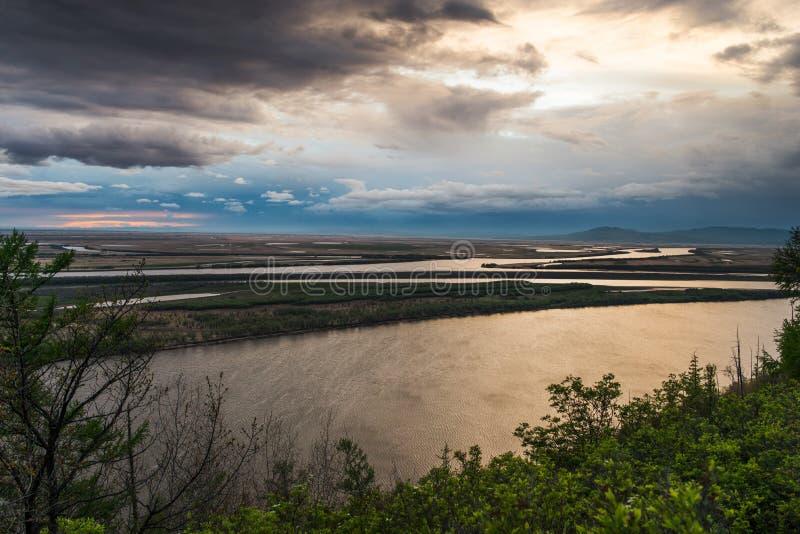 在黑龙江的日出 在俄罗斯的远东部的哈巴罗夫斯克地区 清早在河阿穆尔河 免版税库存照片