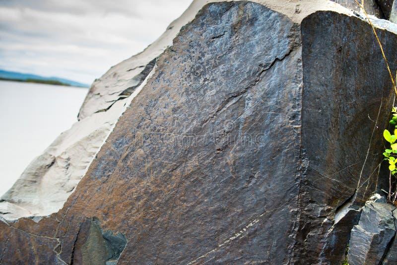 在黑龙江的银行的刻在岩石上的文字在宝路华附近村庄的  俄国远东岩石绘画的哈巴罗夫斯克边疆区  免版税库存图片