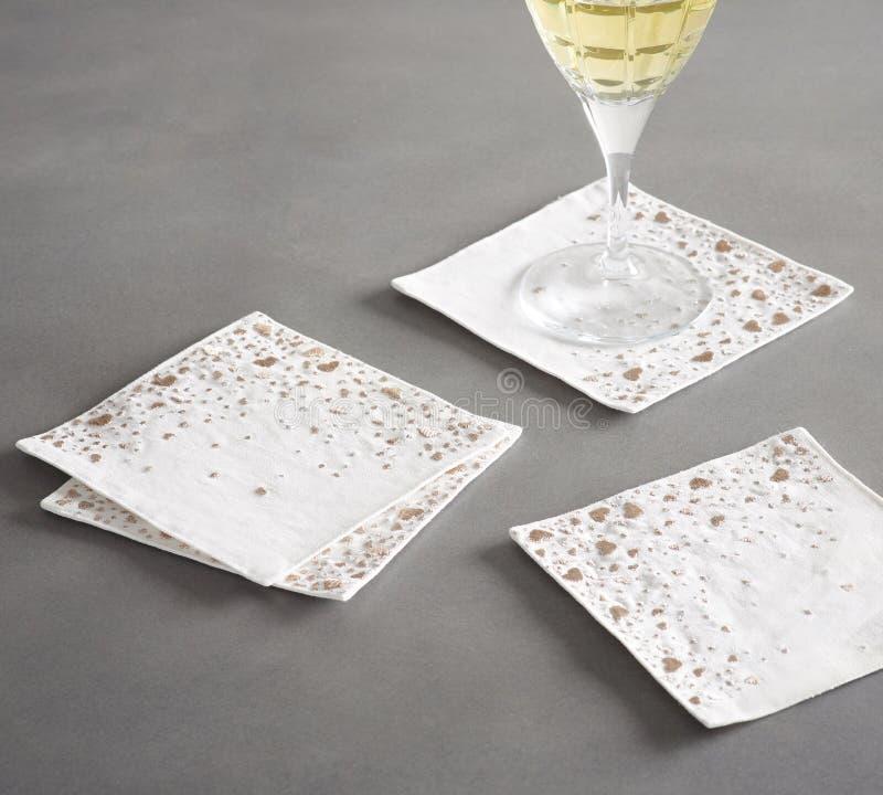 在黑&白色颜色的银色酒杯 免版税库存图片