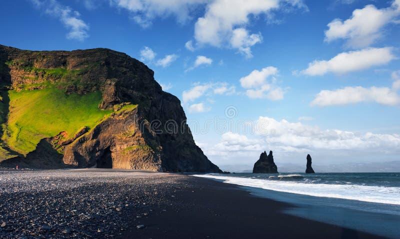 在黑Reynisfjara的著名Reynisdrangar岩层靠岸 大西洋,南冰岛的海岸在Vik附近的 库存图片