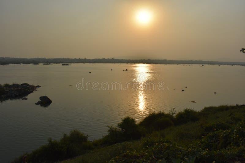 在默哈讷迪河河,萨姆巴尔普尔,Odisha的日落 免版税库存照片