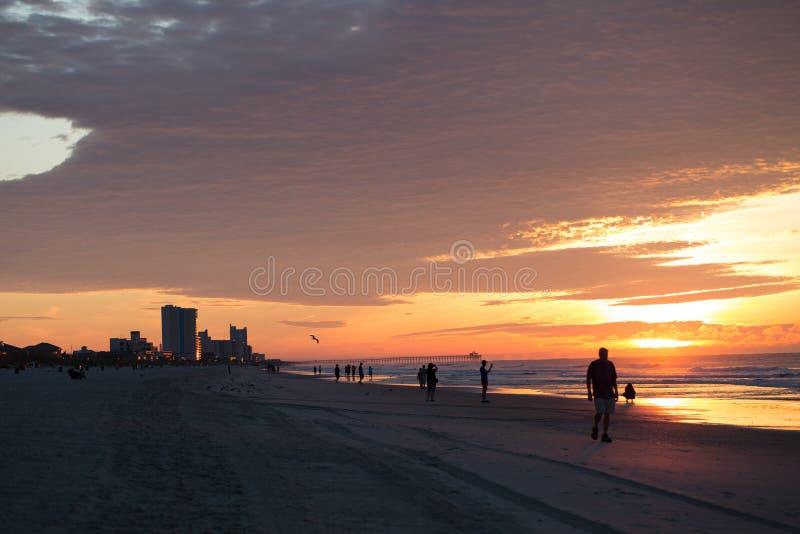 在默特尔海滩第二大道码头的日出 库存照片