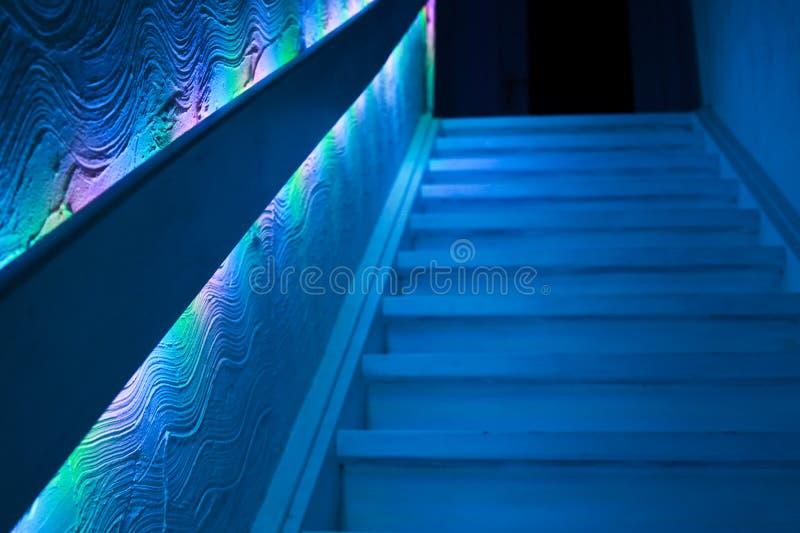 在黯淡的阴沉的蓝色光的楼梯 免版税图库摄影