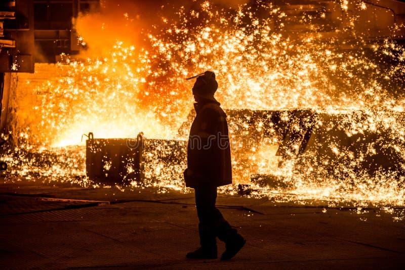 在鼓风炉附近的钢铁工 免版税图库摄影