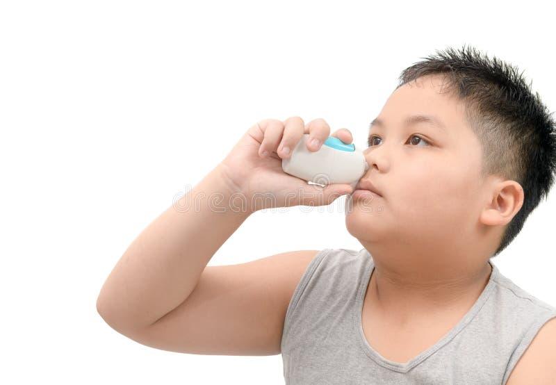 在鼻子的男孩喷洒的医学反对流感或静脉窦 库存图片