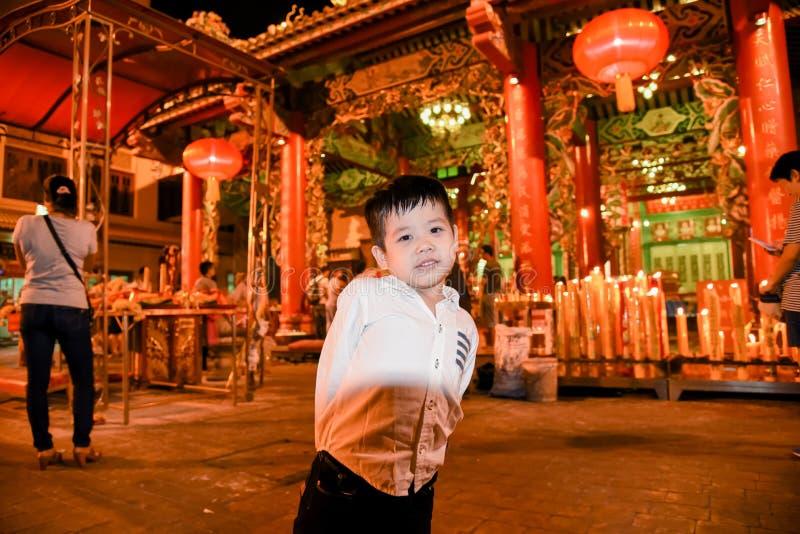 在龙寺庙Kammalawat的一个男孩身分,2013年2月09日在耀华力路曼谷,泰国 库存照片