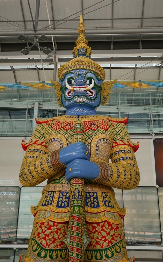 在素万那普机场内部的上帝雕象 免版税图库摄影