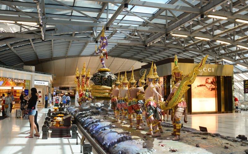 在素万那普机场内部的上帝雕象 库存图片