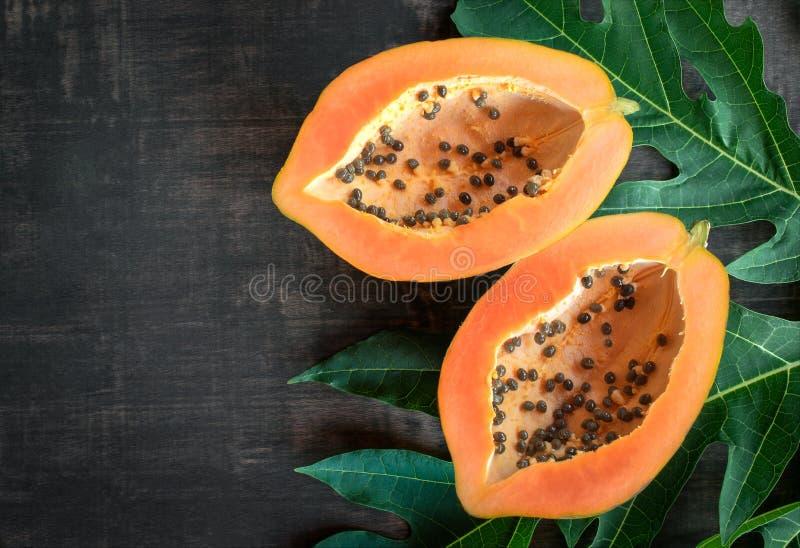 在从上面木桌上的成熟番木瓜,成熟番木瓜健康benefi 免版税图库摄影