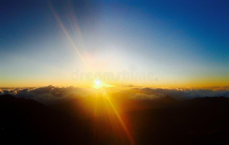 在登上Haleakala国家公园,毛伊的日出 免版税图库摄影