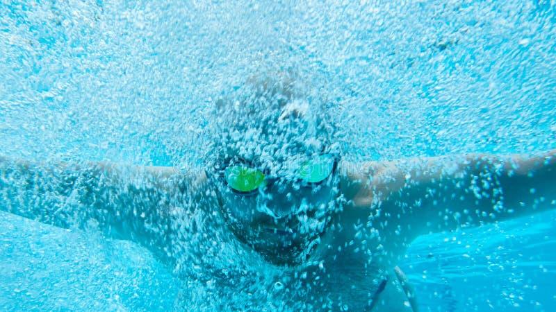 在水下的游泳者在水池 库存照片