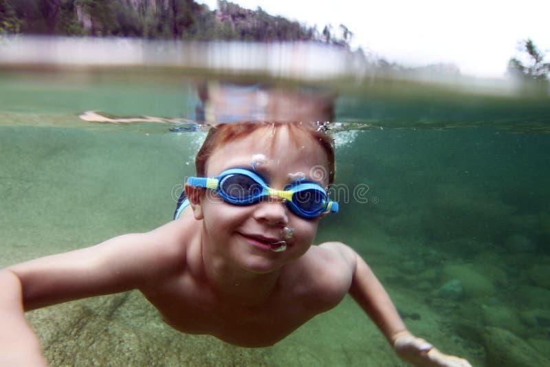 在水下的男孩在河 库存图片