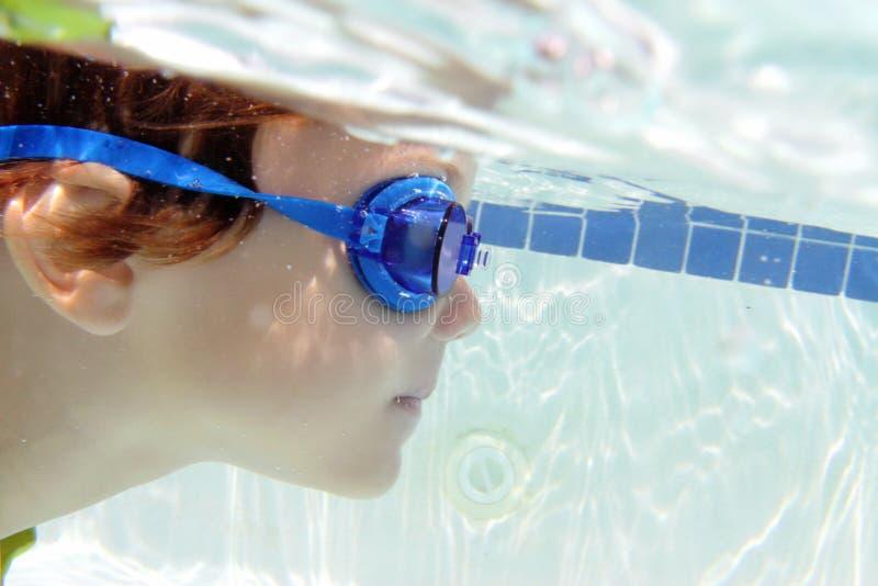 在水下的水池的儿童游泳 免版税图库摄影